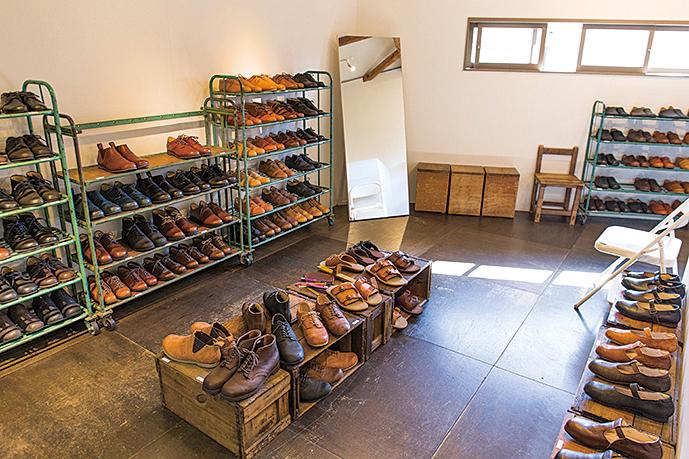 サンプル靴が並ぶ店内。