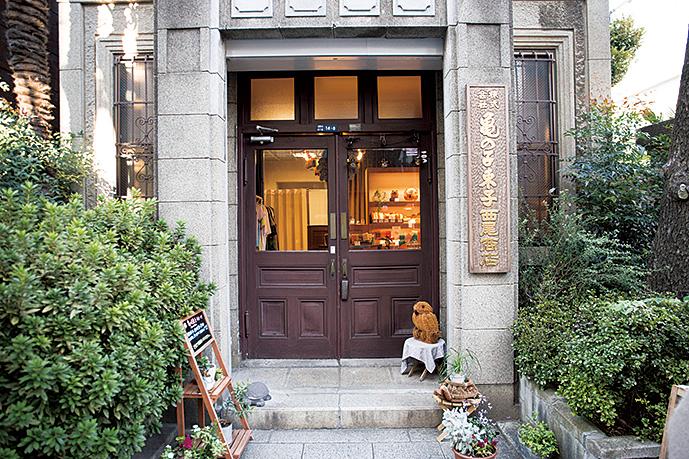戦火を免れた本店は、1923(大正12)年に建てられたもの。昔ながらの姿が趣深い。