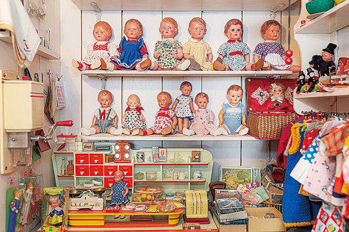 店奥に並んだ1930年~50年代につくられたドイツの人形。すべて1点もの。