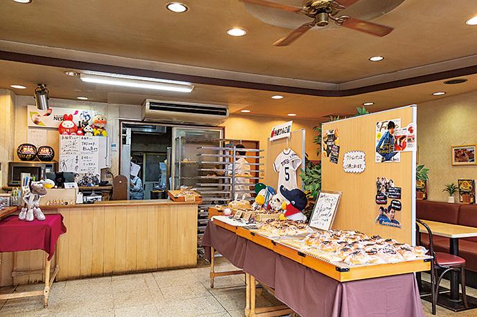 商品は入り口を入った右側に並び、奥は喫茶スペースになっている。