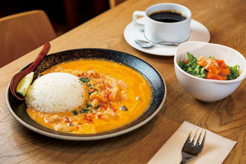 魚介とトマトをココナッツミルクで煮込んでシンプルに仕上げた「ムケッカ」(単品1,430円)。ランチはドリンクとサラダが付いてお得(1,320円)。