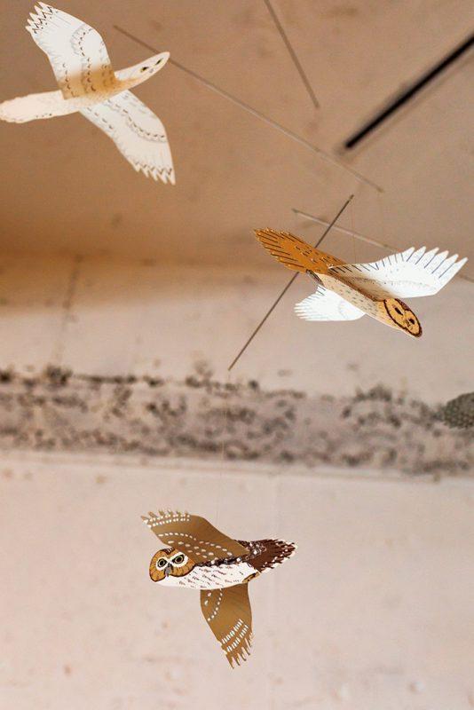 天井に飾られたフクロウのモビール。