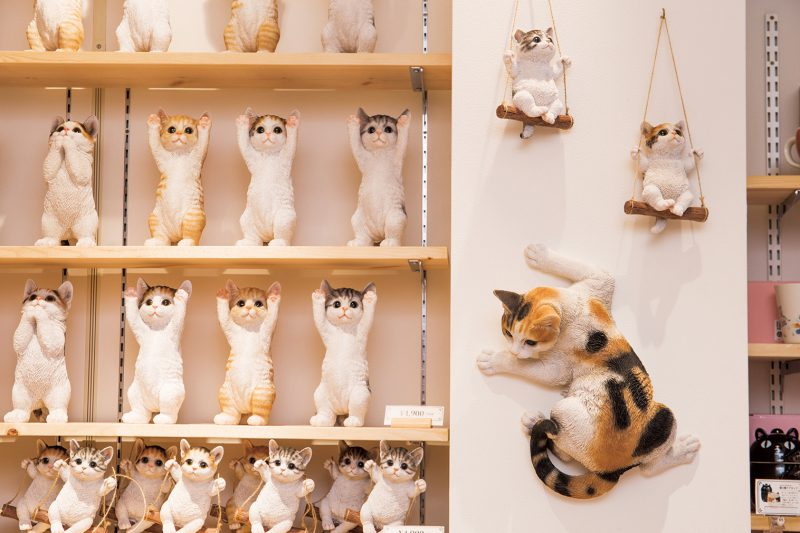 ポリレジン製の猫の置物「手をあげろ猫(トラ、ミケ、シバ)」(各5,390円)は、リビングのほか、玄関の外に置いて楽しむ人も。