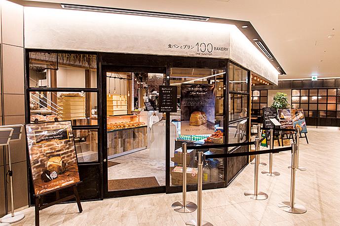 販売時間に合わせて行列ができる人気店。カフェを利用した方は、並ばずにパンを購入できる。