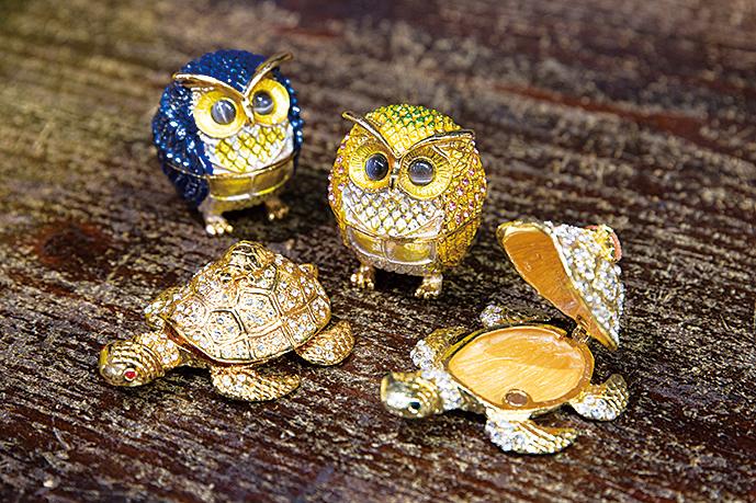 縁起のよいフクロウや亀をモチーフにした小物入れなどのアイテムが売れ筋。