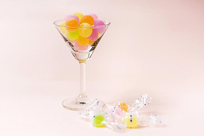 ドーム型の「ウイスキーボンボン」(1パック400円)。口の中に入れると砂糖が溶けて、アルコールの香りが広がる。ほかにもブランデーの瓶をモチーフにした「ブランデーボンボン」も人気。