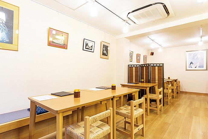 ゆったりとテーブルが配置された店内はベビーカーでの移動もスムーズ。子ども向けの絵本やトイレにはおむつの交換台も完備。