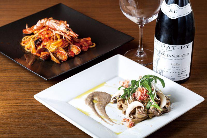 ディナーメニューの「シャンピニオンとカニのクリームソース」(2,200円)と「ペスカトーレ・ロッソ」(2,420円)。身近な食材を華やかに見せる料理の腕はさすが。ワインとのマリアージュを楽しんで。