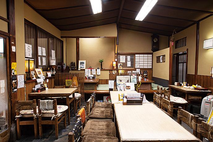 1954年に建てられた総ヒノキ造りの店。