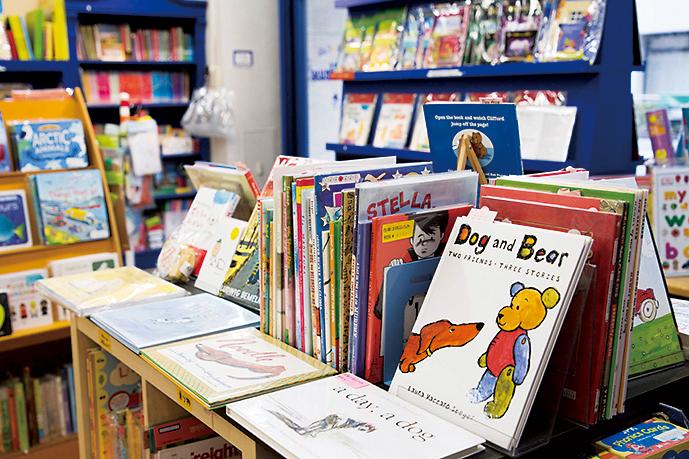 ヨーロッパやアジア、北南米など20以上の国々から絵本を輸入。英語教育用の絵本なども揃えている。