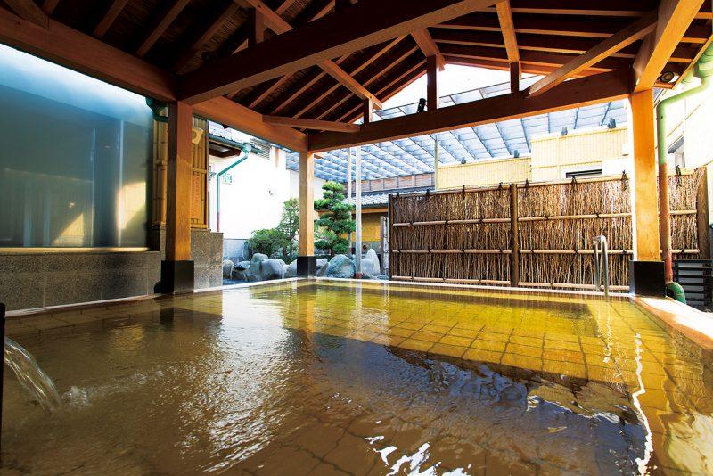 女性用露天風呂のひとつ「桜王の湯」。源泉は無色透明だが、湯色は琥珀色に変わる。