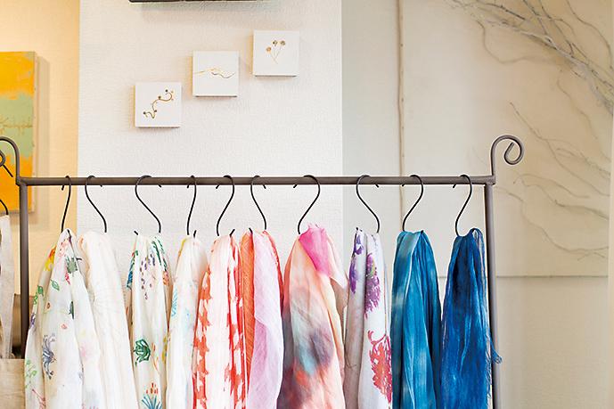 店内は日の光が差し込む、明るい雰囲気。ジュエリー用の金具を使った店主お手製の絵や、ストールなども。