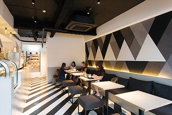 白と黒を基調にしたモダンで開放的なデザインが印象的な内装。