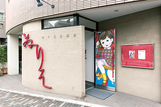 開館時には喜一氏の絵が描かれたドアが開かれている。