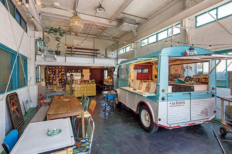 50年前のシトロエンのキッチンカーや、パリで購入したアンティークが飾られた店内。