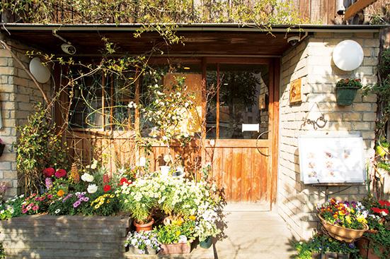 花や緑に囲まれた外観 は花屋と間違われることも。