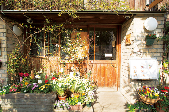 花や緑に囲まれた外観は花屋と間違われることも。