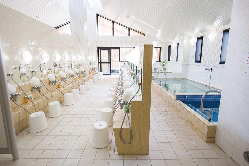 浴槽は男女左右対称(写真は女性用)。高濃度水素風呂のほか、薬草風呂など6種の浴槽がある。