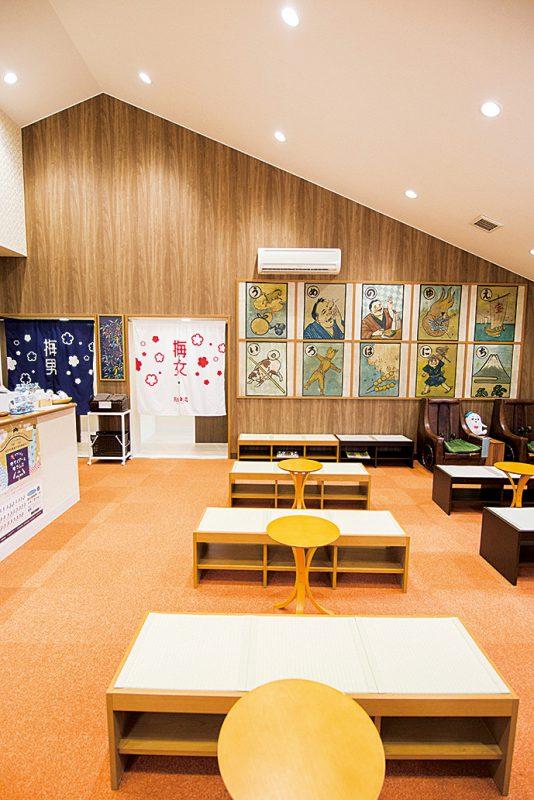待合室にはリニューアル前の建物の天井に使われていたカルタ絵が飾られている。