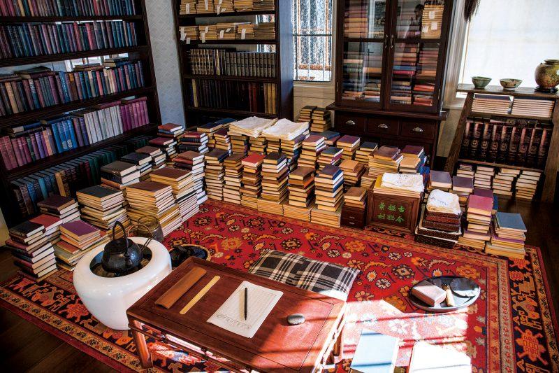 漱石の書斎を再現した展示。家具・調度品・文具は、資料のある県立神奈川近代文学館の協力により再現。書棚の洋書は東北大学附属図書館の協力により製作されたもの。