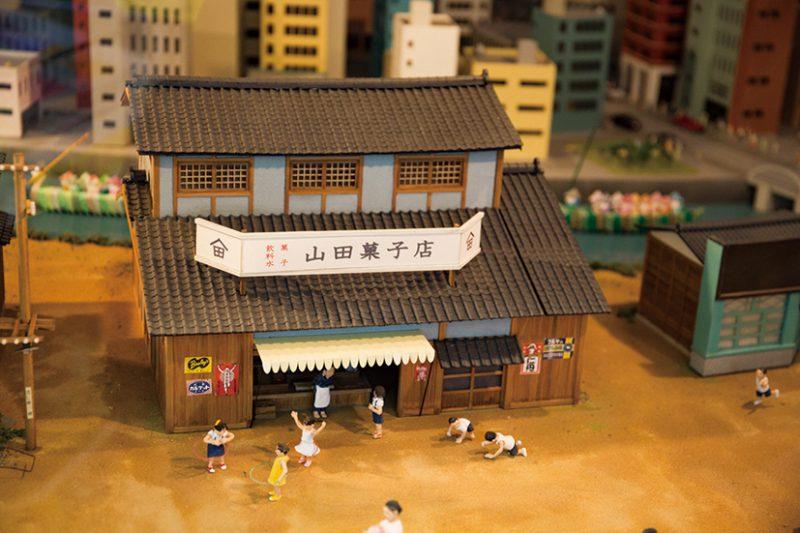 ジオラマや東京を走る都電の昔の写真などが展示された学園号の車内。