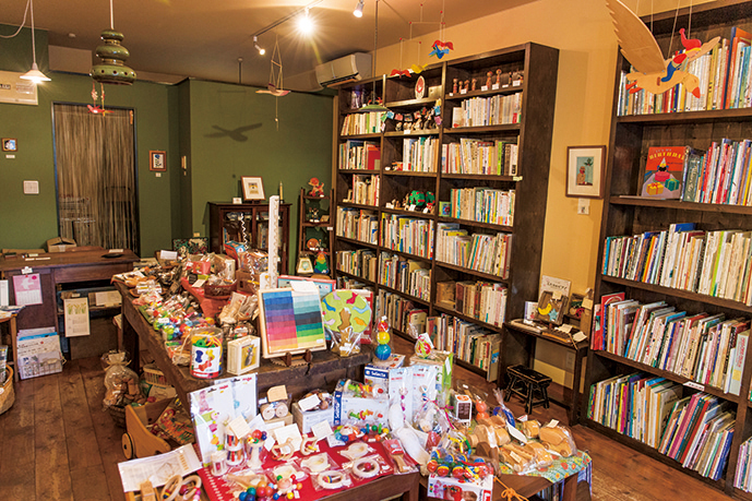 イラスト作家や絵本作家など、店内には多くの作家の作品が並ぶ。他にも、オーストリア ゾネントア社のオーガニックハーブティーや、仙台の創作ジャム専門店「saiz」の「ジャム」(650円)なども取り扱っている。