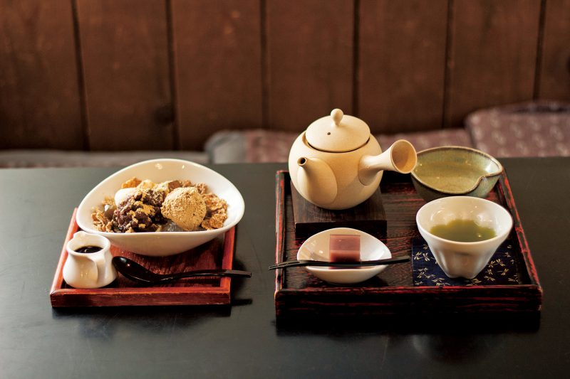 10~3月に提供される鹿児島産の緑茶「刻の蔵」(600円)とほうじ茶の寒天にほうじ茶アイス、わらび餅などがのった「ほうじ茶パフェ」(700円)。