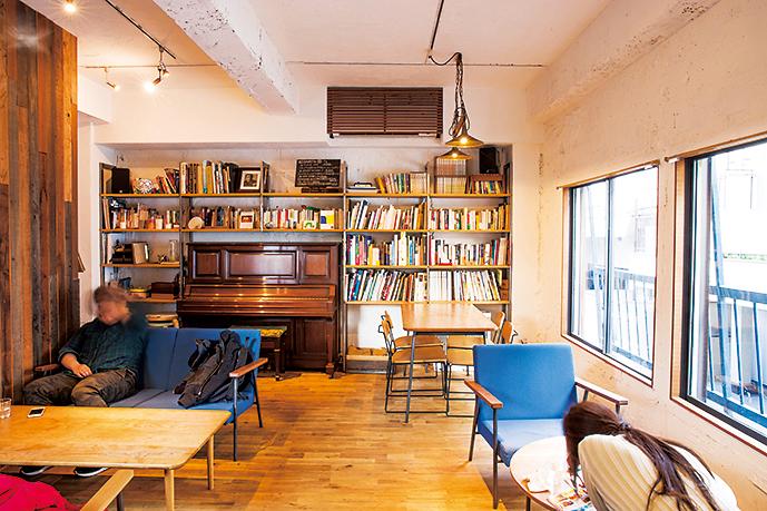 ソファや本棚が並び、長居したくなるような店内。