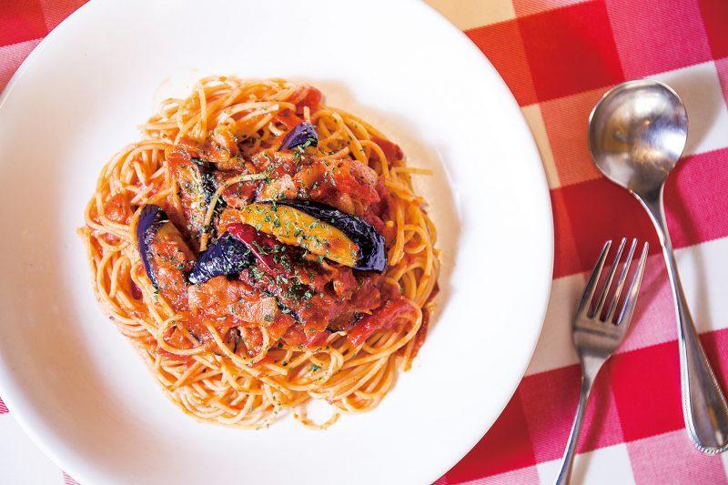 「トマトソースのスパゲティ ナス・ベーコン」(900円)はサラダ、ソフトドリンク付き。