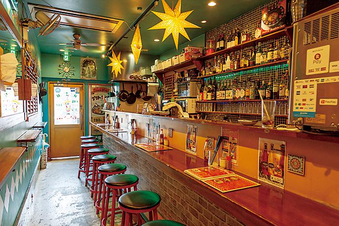 南米の家屋をイメージ。居心地のよい店内は、店名の太陽のような照明が彩る。