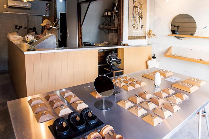 リングを中心にバングルやネックレスなど、既製の作品も販売。