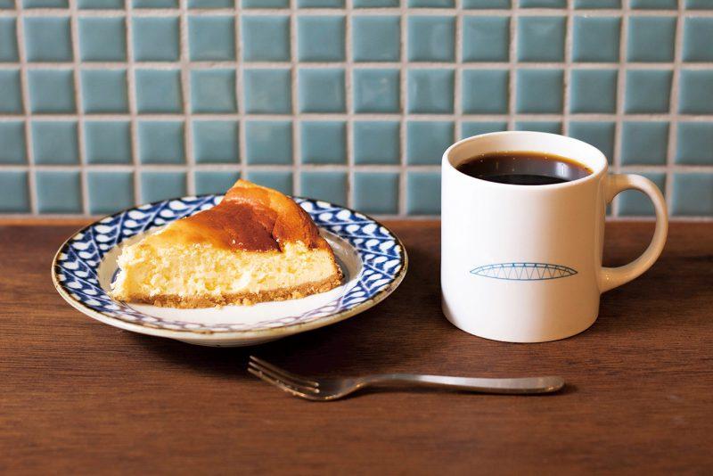 素朴な味の「チーズケーキ」(350円)に、軽やかですっきりとした「マンデリン」(400円)が好相性。