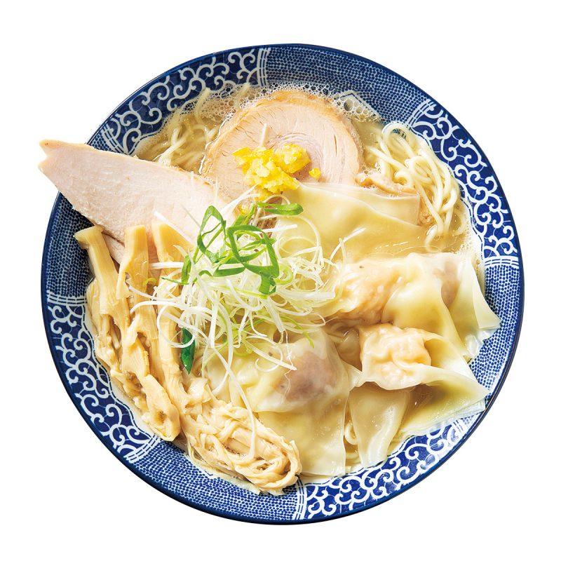 人気の「ワンタン中華そば」(920円)には、ぷりぷりのワンタン(肉・エビ)が2個ずつ入っている。