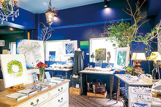 スカーフやスマホケースなどの小物もデザイン・販売している。定期的に百貨店などへも出店。
