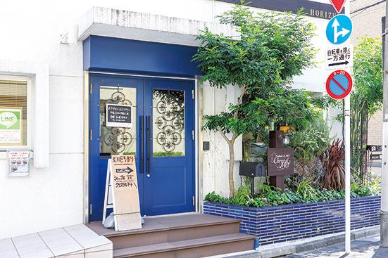 鮮やかなブルーの扉が目印。