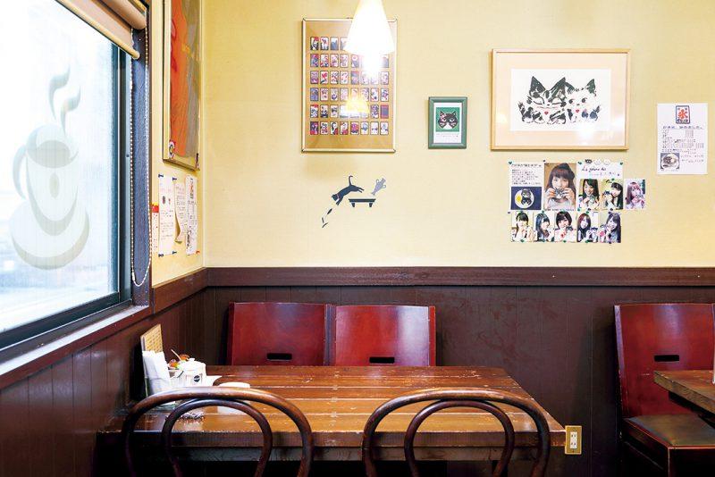 目印は黒猫の看板。壁や窓際のネコも要チェック。