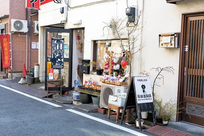昭和の風情が残る商店街の一画にある。