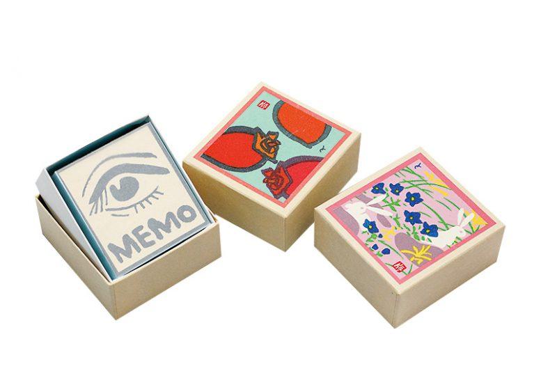 カラフルな色合いが人目を引く版画の紙箱に入った「メモ帳」(1箱497円)。