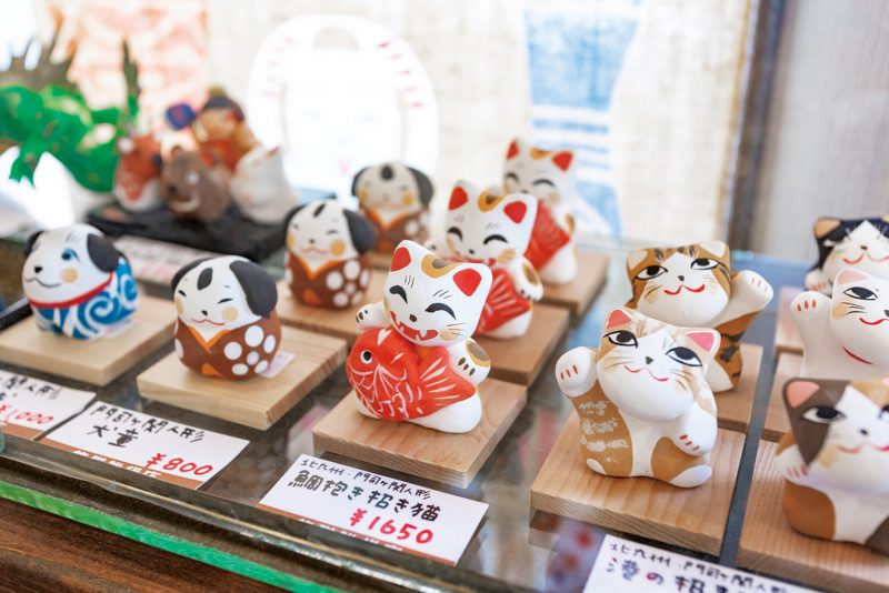 職人が手捻りで仕上げる土人形の「門司ヶ関人形」は、1,000~2,000円ほど。