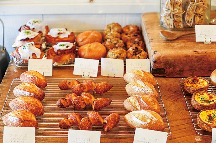 パンのほか、棚には店長の友人で作家が作る雑貨も並ぶ。