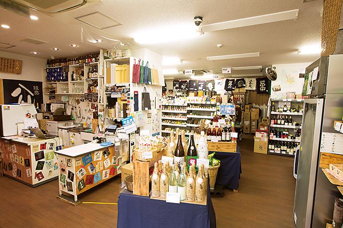 店内にズラリと並ぶお酒。おすすめや好みに合った商品を店主やスタッフがアドバイスしてくれる。