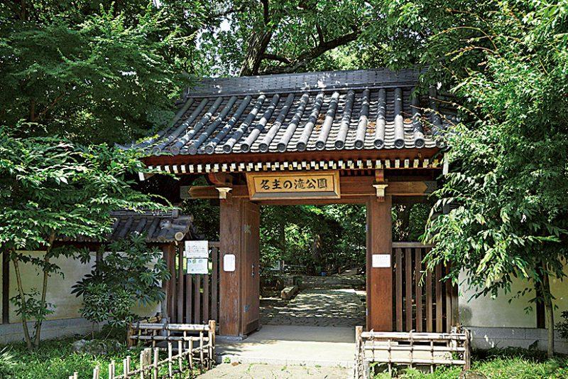 入口は瓦屋根が特徴の門構え。